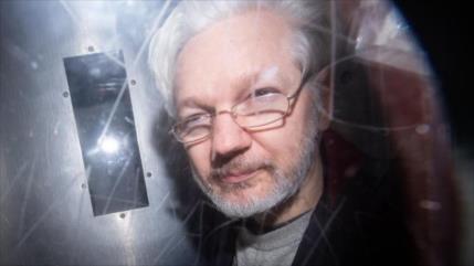Denuncian que Assange está esposado, desnudo y sometido a rayos X