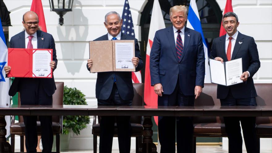 (De izda. a dcha.): el canciller de Baréin, el premier de Israel, el presidente de EE.UU. y el canciller de Emiratos Árabes Unidos, en la Casa Blanca, 15 de septiembre de 2020. (Foto: AFP)