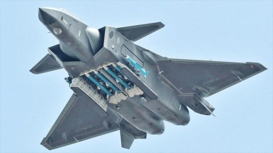 Un caza furtivo chino, modelo Chengdu J-20, enseña su carga útil de misiles durante unos ejercicios militares.