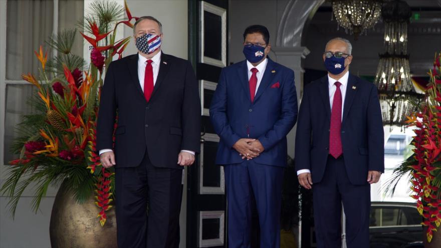 El secretario de Estado de EE.UU., Mike Pompeo (izqda.), y el presidente surinamés, Chan Santokhi (C), en Paramaribo, 17 de septiembre de 2020. (Foto: AFP)