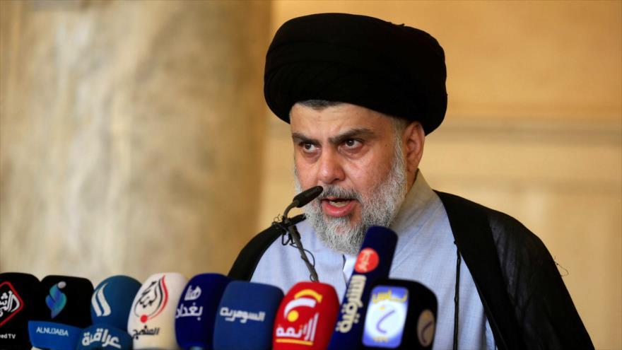 El líder del Movimiento Sadr de Irak, Muqtada Sadr, pronuncia un discurso.