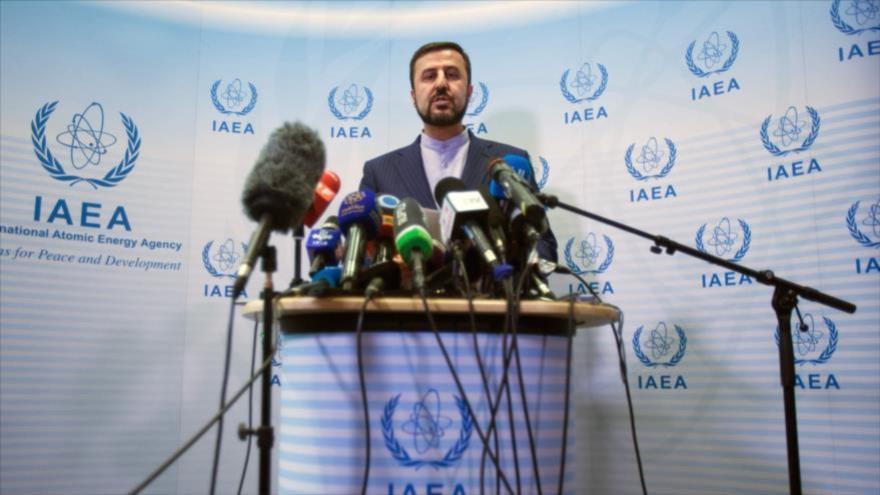 El representante permanente de Irán ante las organizaciones internacionales asentadas en Viena (Austria), Kazem Qaribabadi, ofrece una rueda de prensa en la sede de la AIEA.