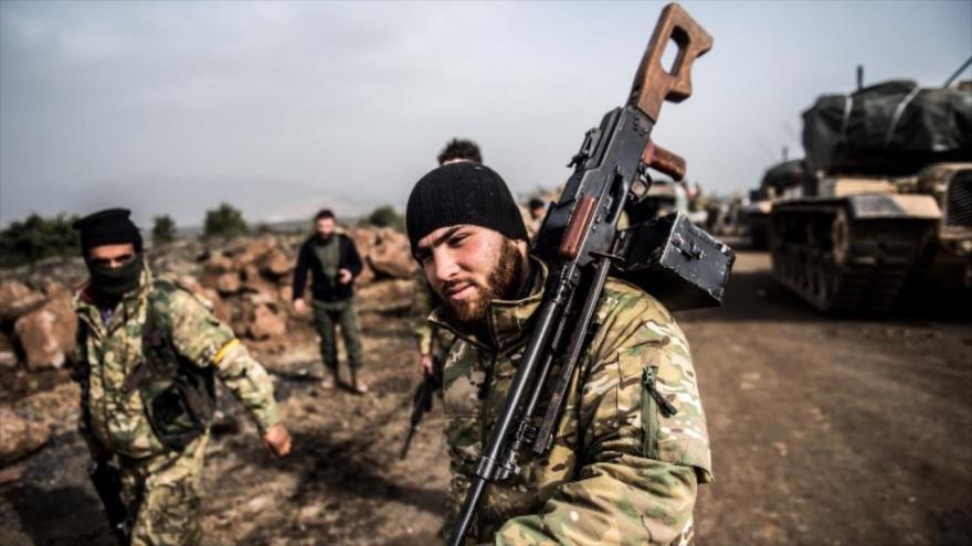 Milicianos y tanques del Ejército turco, desplegados en una región norteña de Siria.