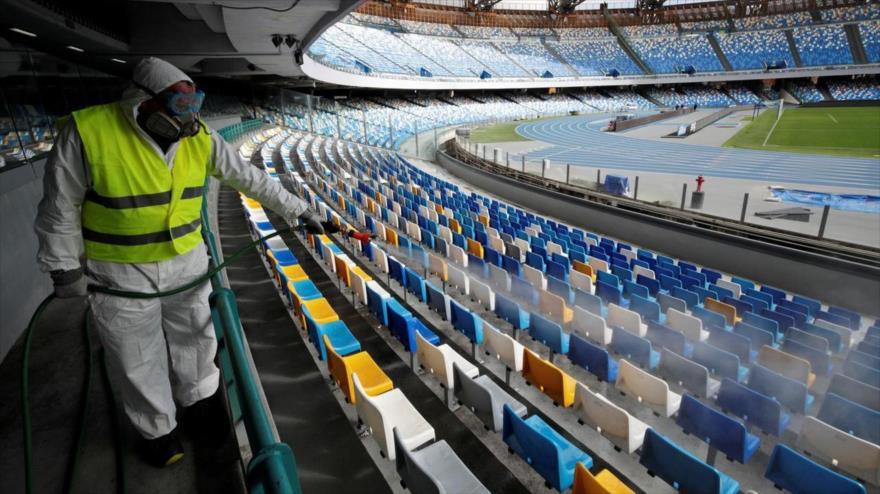 Un trabajador con traje protector desinfecta los asientos del Estadio San Paolo en Nápoles, Italia, 4 de marzo de 2020. (Foto: Reuters)