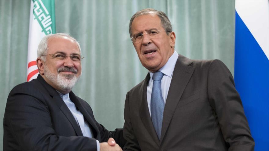 El canciller iraní, Mohamad Yavad Zarif (izq.), y su homólogo ruso, Serguéi Lavrov.