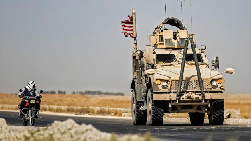 Un vehículo militar estadounidense patrulla la ciudad de Tal Tamr, en la provincia de Al-Hasaka, noreste de Siria, 21 de septiembre de 2020. (Foto: AFP)
