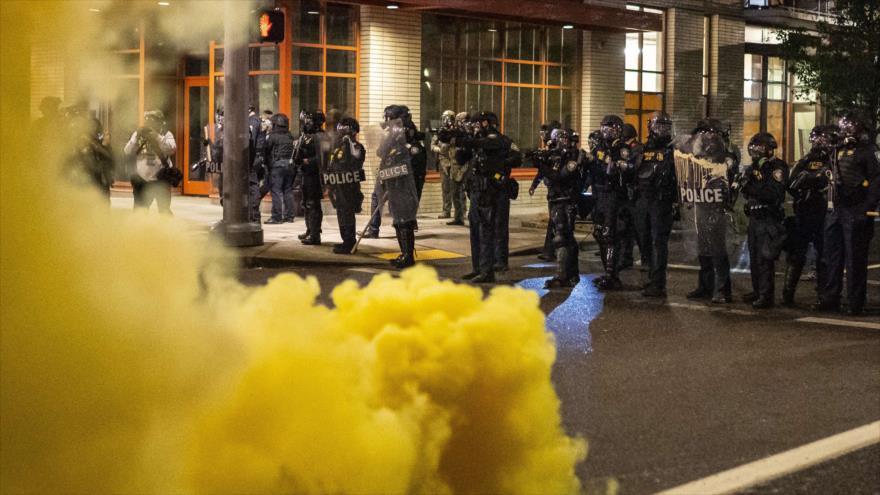 Los agentes federales dispersan a los manifestantes durante una protesta antirracista en Portland, EE.UU., 18 de septiembre de 2020. (Foto: AFP)