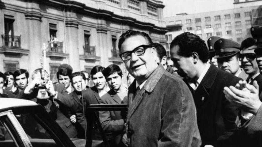 El presidente Salvador Allende al salir de la Casa de Gobierno en Santiago, capital de Chile, 27 de agosto de 1970.
