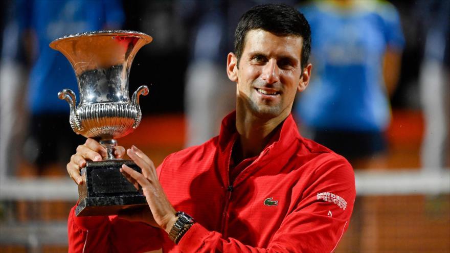 El serbio Novak Djokovic con su trofeo después de ganar el partido final del Abierto de Italia masculino, 21 de septiembre de 2020. (Foto: AFP)
