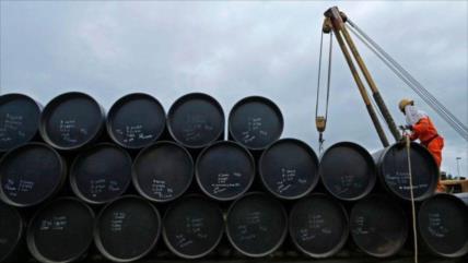 Precio del crudo cae por temor a nuevo desplome de la demanda