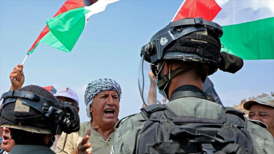 Soldados israelíes bloquean el paso de palestinos que protestan contra los asentamientos, Tulkarm, Cisjordania, 1 de septiembre de 2020. (Foto: AFP)