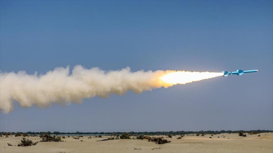 Irán dispara un misil de crucero hacia el mar durante ejercicios a orillas de la costa del Golfo Pérsico, 11 de septiembre de 2020. (Foto: FARS News)