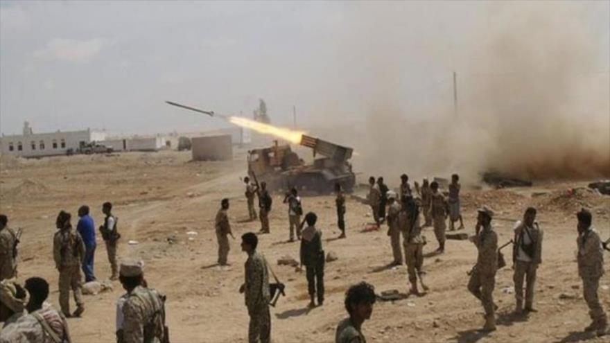 Fuerzas del movimiento popular yemení Ansarolá lanzan un misiles contra posiciones de las fuerzas de agresión.