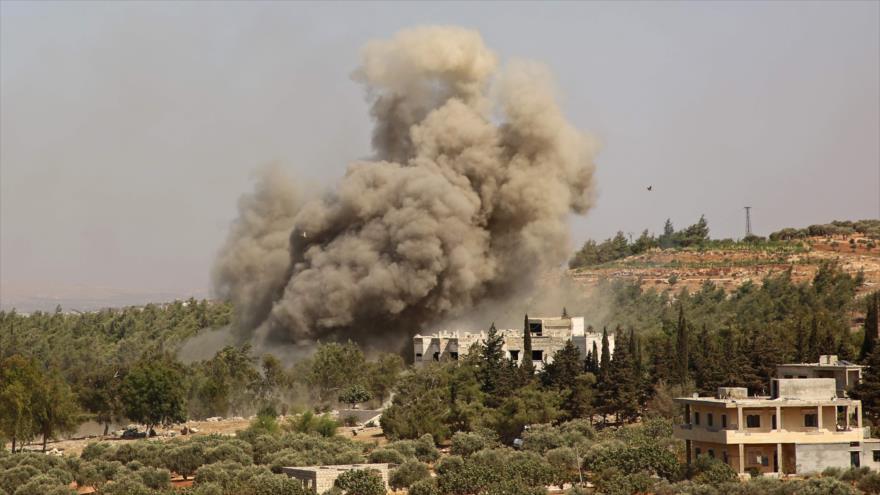Una columna de humo se eleva tras un ataque de la Aviación rusa en la provincia siria de Idlib, 20 de septiembre de 2020. (Foto: AFP)