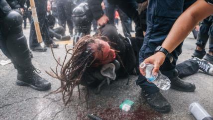 Policía de EEUU reprime protesta antirracismo con balas de goma