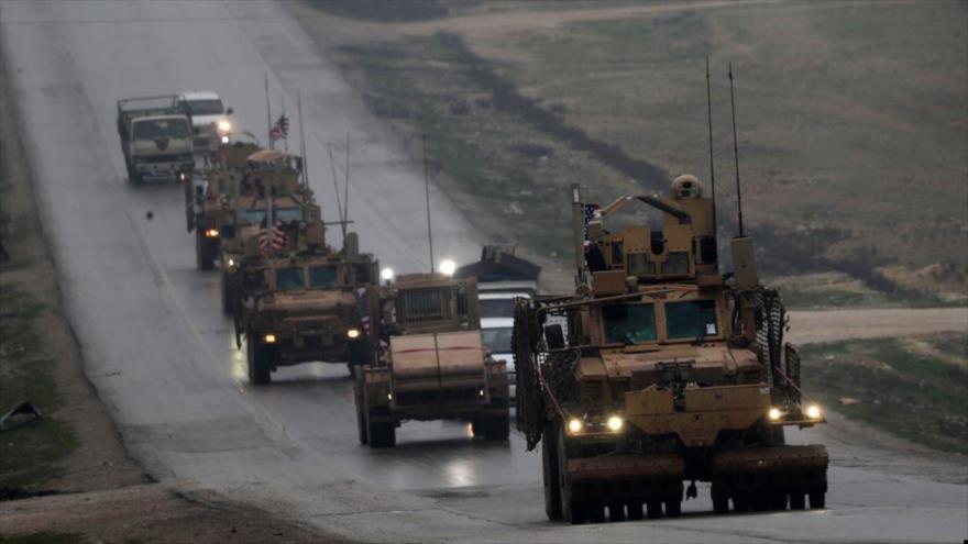 Un convoy de vehículos militares estadounidenses se ve en la ciudad de Manbij, en el norte de Siria, 30 de diciembre de 2018. (Foto: AFP)