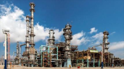 Irán construye la primera refinería de petróleo totalmente nacional