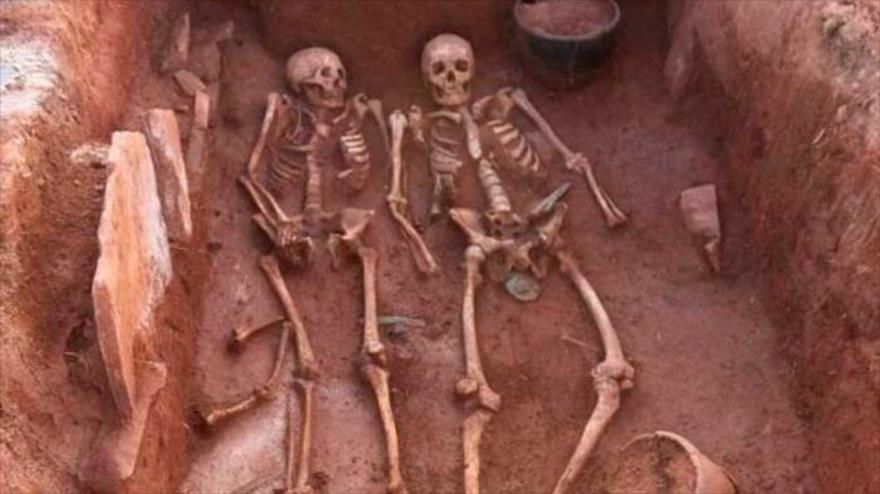 Los arqueólogos rusos descubrieron una tumba escita de hace 2500 años en el que había esqueletos de dos mujeres, un hombre y un bebé.
