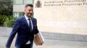 Un concejal español finge hablar inglés escondido tras su mascarilla