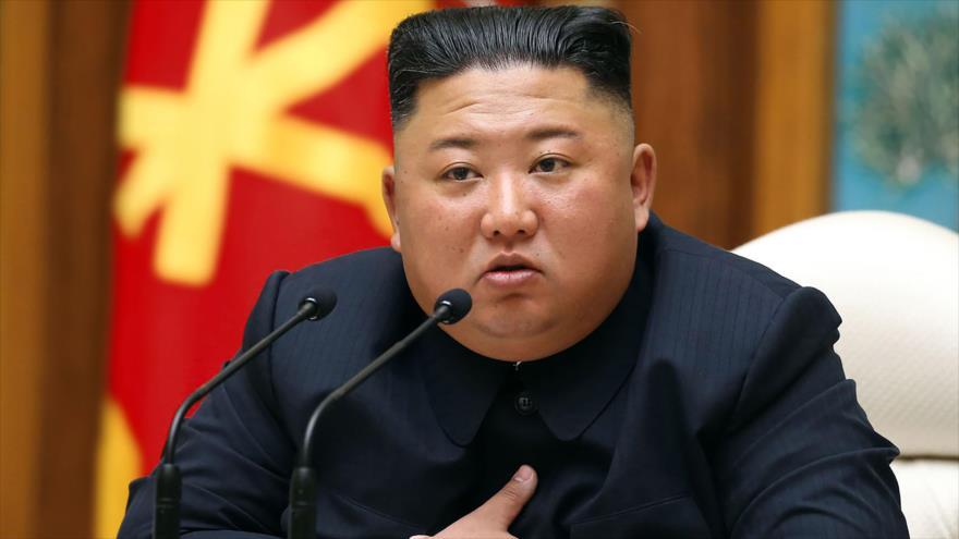 El líder norcoreano, Kim Jong-un, en la sede del Buró Político del Partido del Trabajo en Pyongyang, 11 de abril de 2020. (Foto: AFP)