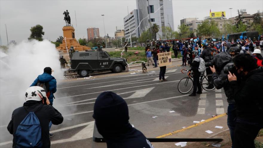 Vídeo: Policía chilena carga contra profesionales de la salud | HISPANTV