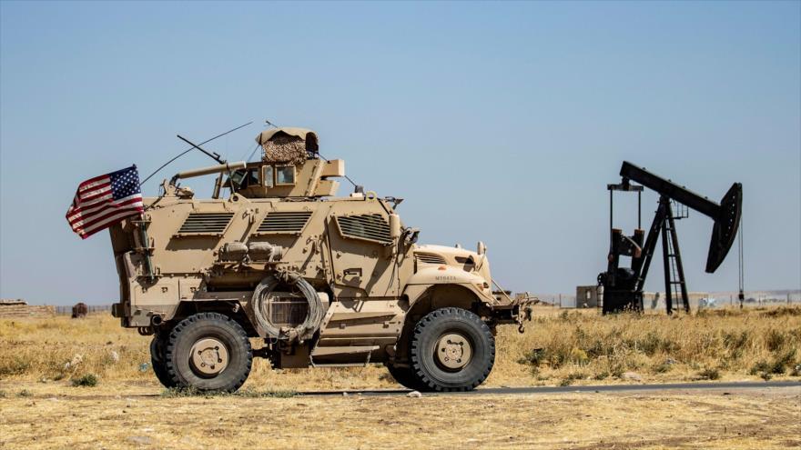 Un vehículo militar de EE.UU. patrulla cerca del campo petrolero de Rumailan en Al-Hasaka, Siria, 17 de septiembre de 2020. (Foto: AFP)