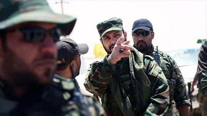 El secretario general de Kataeb Hezbolá, el sheij Akram al-Kaabi (centro), junto a otros combatientes del movimiento en Mosul. (Foto: Reuters)