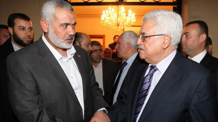 El jefe de la dirección política de HAMAS, Ismail Haniya (izq.) y el presidente palestino, Mahmud Abás.