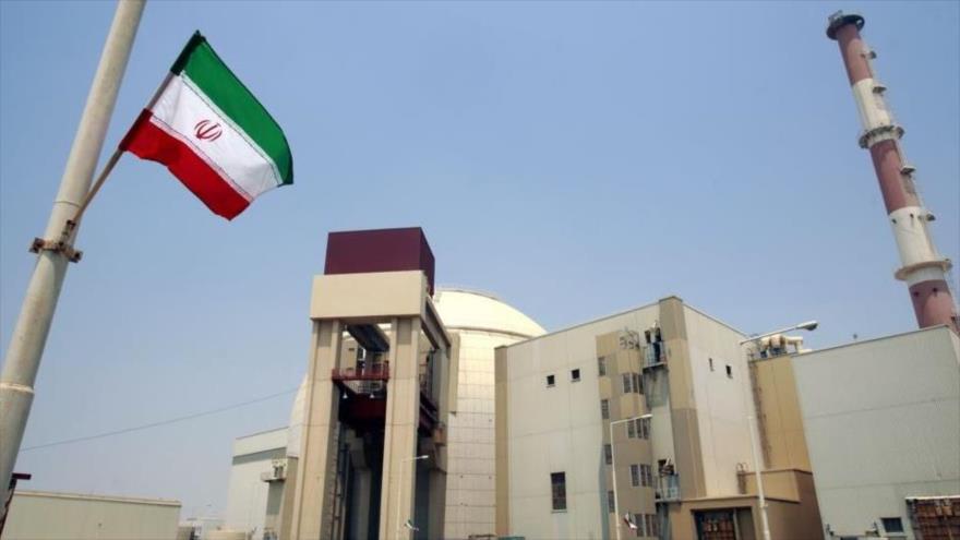 La bandera nacional de Irán izada frente al reactor de la central nuclear de Bushehr, en el suroeste de país persa.