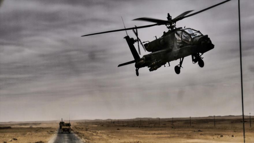 Un helicóptero Apache de EE.UU. acompaña un convoy militar en Siria.