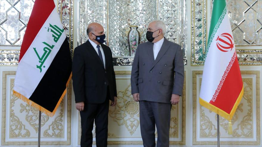 Los cancilleres de Irán, Mohamad Yavad Zarif (dcha.), y de Irak, Foad Husein, posan para una foto tras una reunión en Teherán, capital persa, 26 de septiembre de 2020. (Foto: AFP)