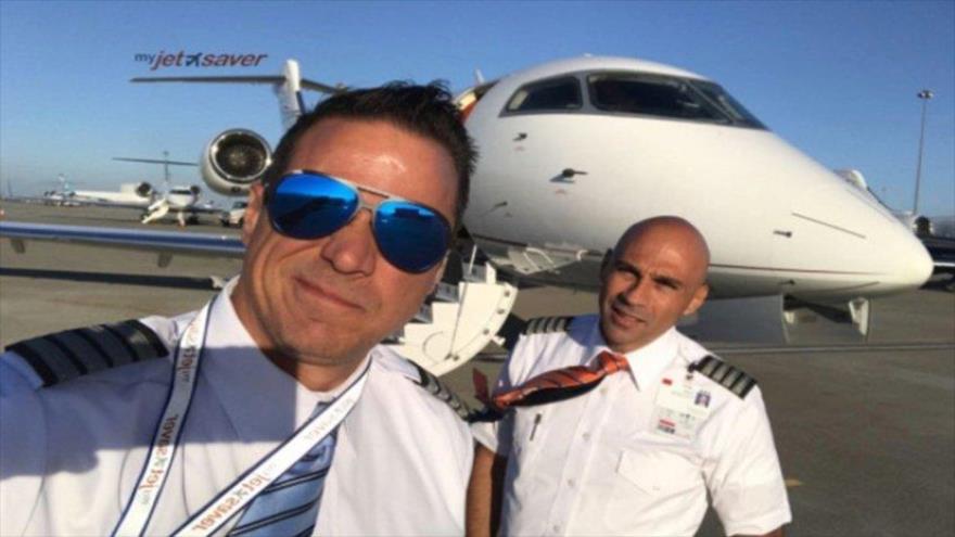El piloto venezolano Alejandro Javier Marín (izda.)