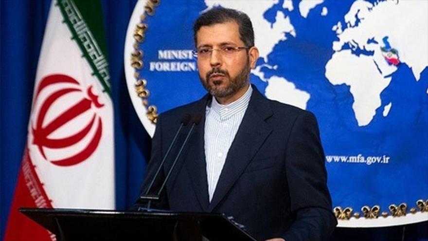 El portavoz de la Cancillería iraní, Said Jatibzade, habla en una rueda de prensa en Teherán, capital del país.