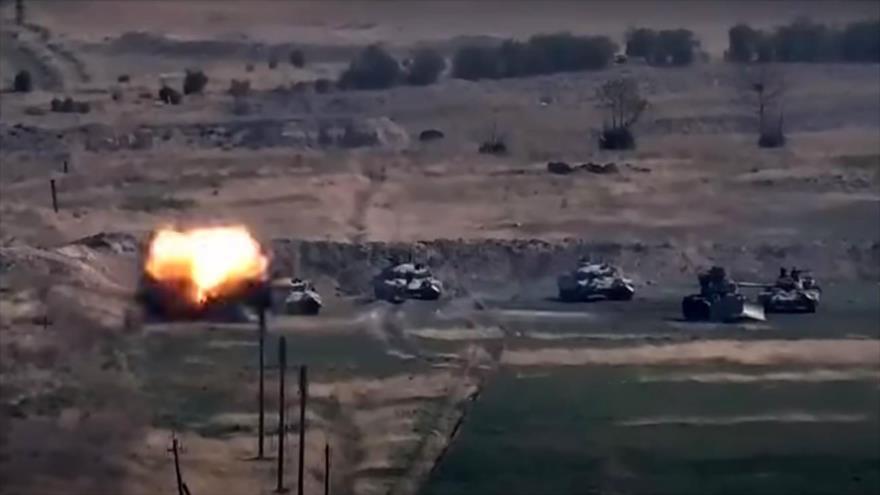 Fuerzas armenias destruyen tanques azerbaiyanos en la región en disputa de Karabaj, 27 de septiembre de 2020. (Foto: AFP)