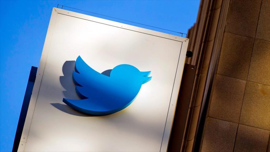 El logotipo de Twitter en un cartel en la sede de la empresa en San Francisco (California, oeste de EE.UU.)