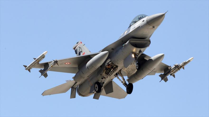 Un avión de combate turco F-16 se acerca a la base aérea de Incirlik en Adana. (Foto: Reuters)