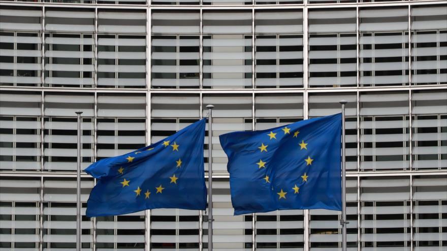 Las banderas de la Unión Europea fuera de la sede de la Comisión del bloque en Bruselas, capital de Bélgica, 21 de febrero de 2020. (Foto: AFP)