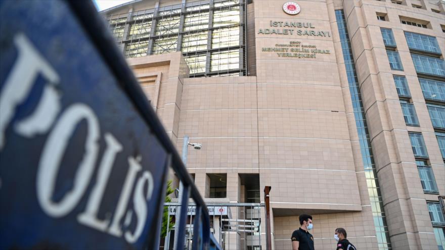 Guardia de seguridad frente al Palacio de Justicia de Estambul (Turquía), 3 de julio de 2020. (Foto: AFP)