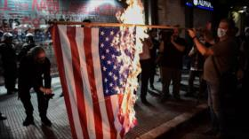 Griegos queman bandera de EEUU en protesta por visita de Pompeo