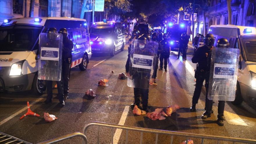 Vídeo: Manifestantes catalanes lanzan cabezas de cerdo a la Policía