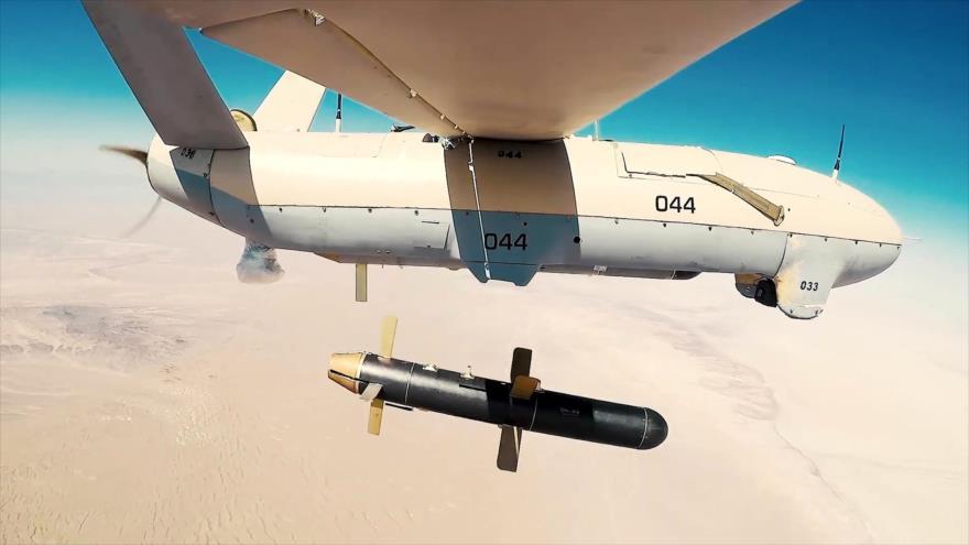 Un dron iraní Shahed-133 lanza una bomba Mersad-342 en pleno vuelo durante un ejercicio militar.