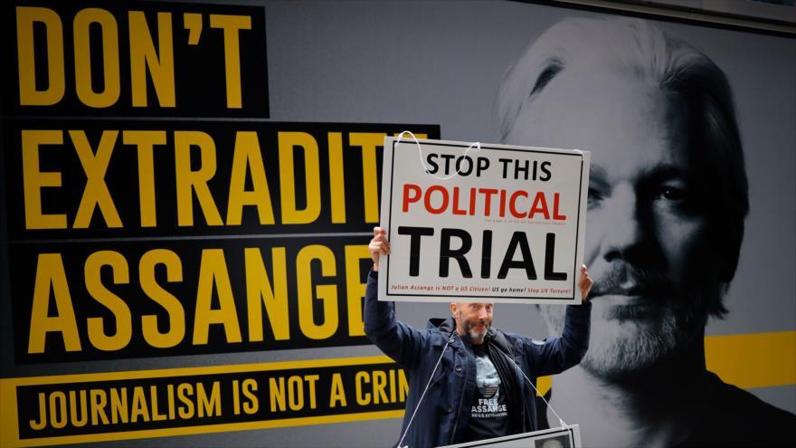 Un manifestante protesta en Londres, el Reino Unido, contra la extradición de Julian Assange a EE.UU., 8 de septiembre de 2020. (Foto: AFP)