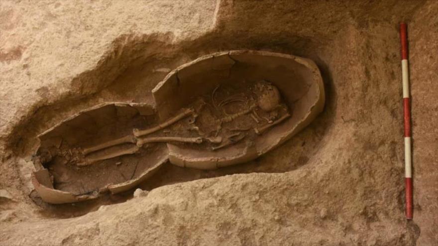 Esqueleto antiguo enterrado en dos vasijas de arcilla, hallado en la provincia de Kurdistán, oeste de Irán.