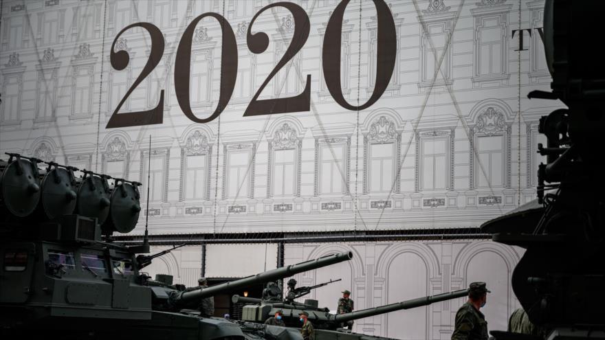 Soldados y tanques T-90 rusos durante un ensayo para el Desfile de la Victoria de la Segunda Guerra Mundial, Moscú, 17 de junio de 2020. (Foto: AFP)