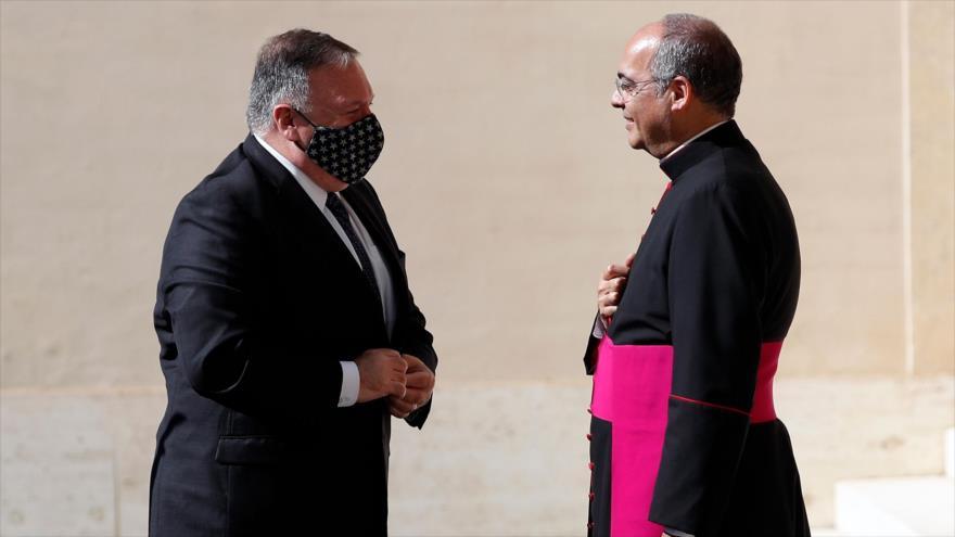 El secretario de Estado, Mike Pompeo, y el monseñor Guillermo Karcher, uno de los encargados del ceremonial, Vaticano, 1 de octubre de 2020. (Foto: AFP)