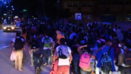 Miles de migrantes hondureños ingresan a la fuerza a Guatemala