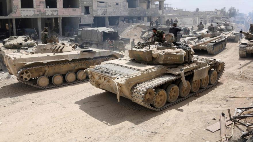 Soldados y tanques del Ejército sirio en un área en las afueras de la ciudad de Duma, en la región de Guta Oriental, 8 de abril de 2018. (Foto: AFP)