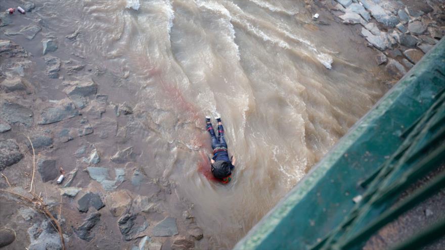 Vídeo impactante: Carabinero arroja a menor de edad al río Mapocho | HISPANTV
