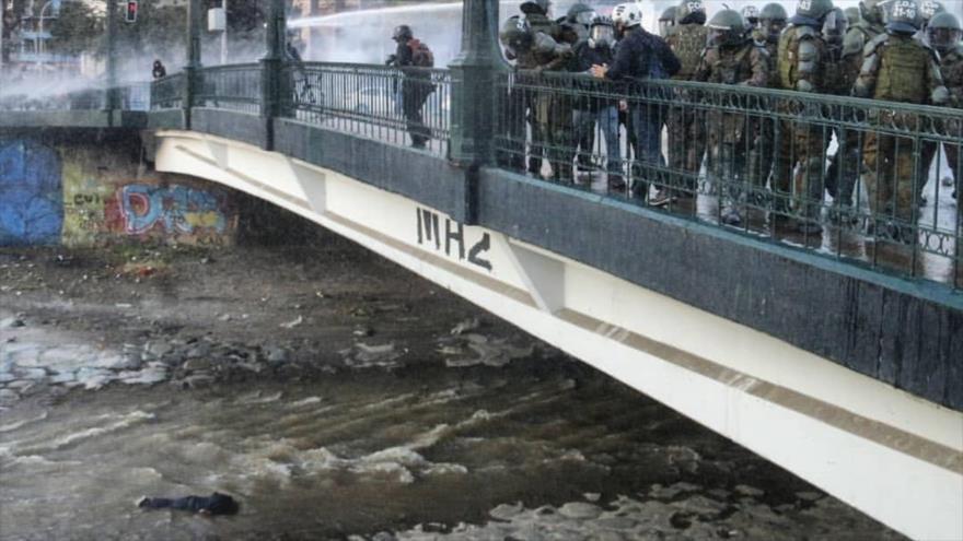 Piden dimisión del jefe de Carabineros por arrojar a joven al río | HISPANTV