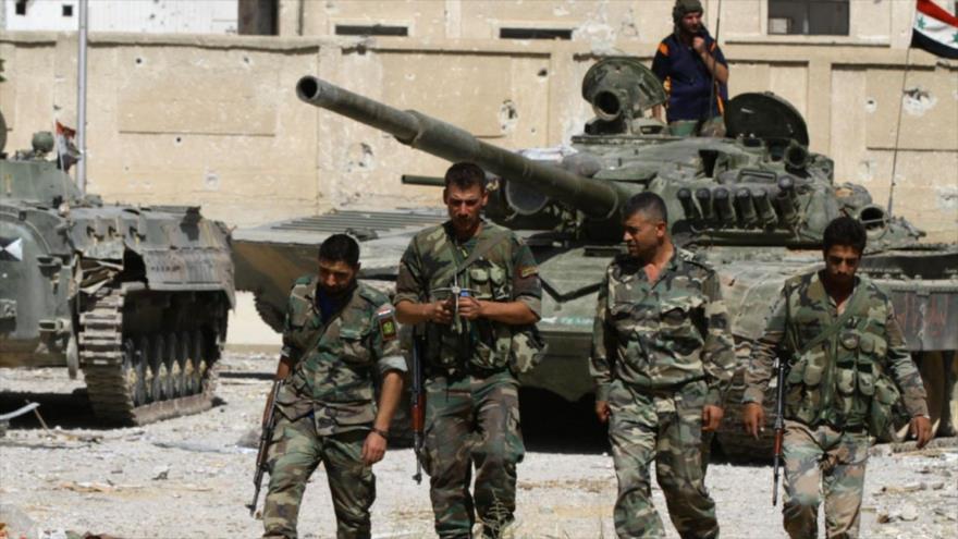 Varios efectivos del Ejército sirio realizan una operación de peinado en una aldea para localizar remanentes de los terroristas.